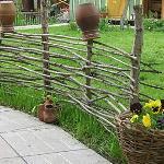 Старый плетень на  как элемент декора участка