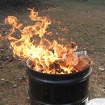 Сжигаем  мусор  в железной  бочке