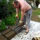 Изготовление строительных блоков при помощи перфоратора